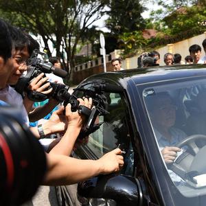 북한대사관 차량에 몰려든 취재진