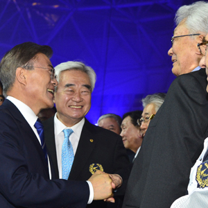 문 대통령, 북한의 장웅과 악수