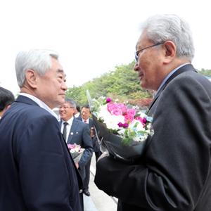 조정원 총재와 이야기 하는 장웅