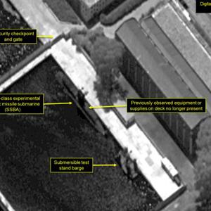 북 신포급 잠수함·바지선 재배치