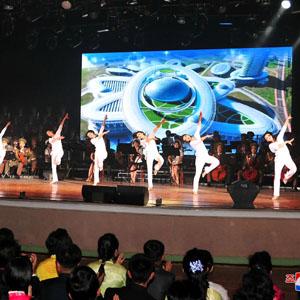 음악무용 공연 관람하는 북한 주민들