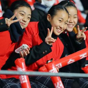 밝은 미소로 응원하는 북한 재일교포 여고생 응원단