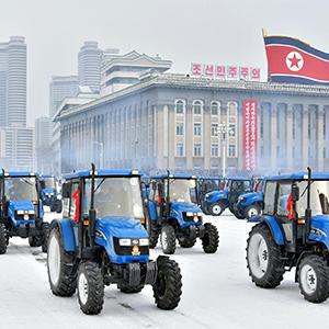 북한 뜨락또르와 화물자동차진출식