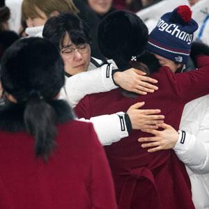 작별인사하는 남북 여자 하키팀