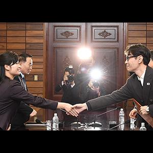 '남북 실무접촉' 악수하는 윤상과 현송월
