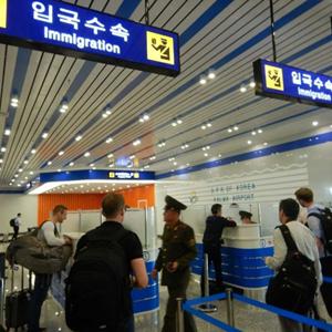 북한 입국수속 받는 외신기자들