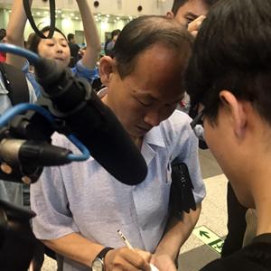풍계리 외신 취재진 배웅나온 노동신문 기자