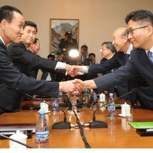 남북적십자회담 대표단, '악수'