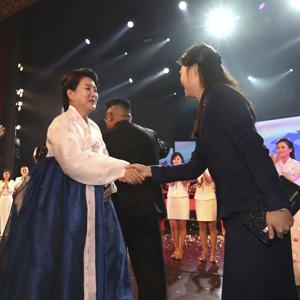 [평양정상회담] 공연 후 악수하는 문 대통령, 김 위원장 부부