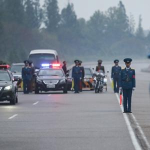 [평양정상회담] 도로 통제하는 북한 교통안전요원
