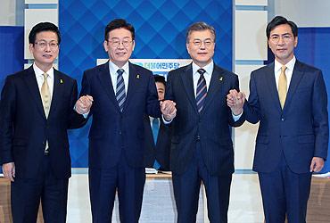 """文 """"이변없다"""" vs 安·李 """"어게인2002""""…'文대세론' 기준점 공방"""