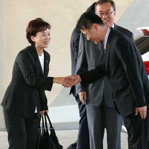 첫 출근, 직원들과 악수하는 김현미 장관