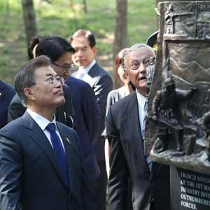 장진호 전투기념비 보는 문 대통령