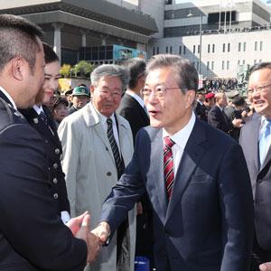 명예경찰 마동석과 악수하는 문 대통령