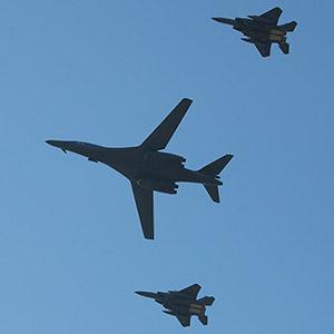 호위 받으며 비행하는 B-1B