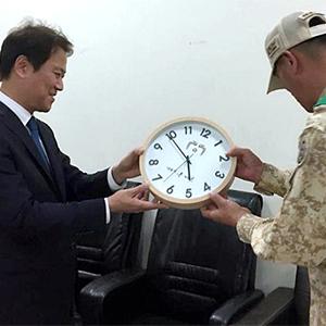 임종석 실장, 아크부대에 대통령 시계 전달