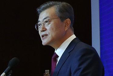 문 대통령, 베이징대 연설…서열 2·3위 리커창·장더장 면담