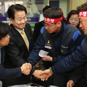 한국GM 군산공장 근로자와 악수하는 민주평화당