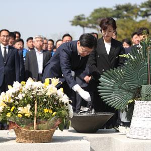 김경수 후보, 노 전 대통령 묘역에 분향