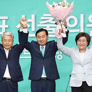 축하받는 바른미래당 김관영 신임 원내대표