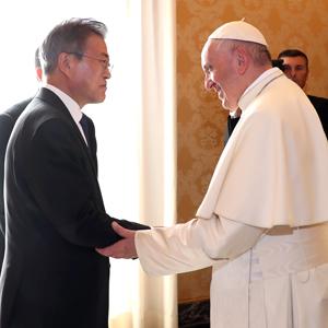 문 대통령-프란치스코 교황, '반가운 만남'