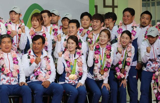 """올림픽 선수단 귀국…""""4개 대회 연속 '톱10' 감사"""""""