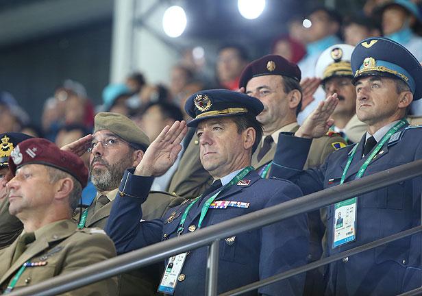 국기 향해 경례하는 세계군인
