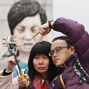 대통령 모형물 앞에서 기념촬영하는 중국관광객들
