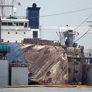 이동 준비하는 반잠수식 선박