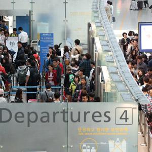 황금연휴, 출국하는 관광객들