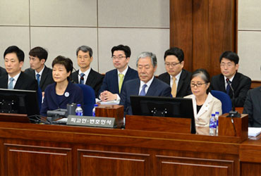 '592억 뇌물' 박근혜 첫 재판 3시간만에 끝나…혐의 전면부인