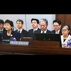40년 지기 박근혜-최순실, 피고인석에 나란히