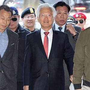 고영주, 군복 지지자들에 둘러싸여 법원 출석