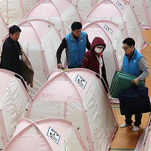 짐 옮기는 지진 이재민