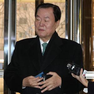 법인카드 들어보이는 김경재 자유총연맹 총재
