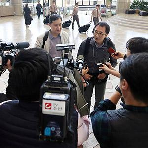 취재진 질문에 답변하는 방북 기자단
