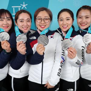 [올림픽] 은메달 목에 건 여자 컬링 대표팀