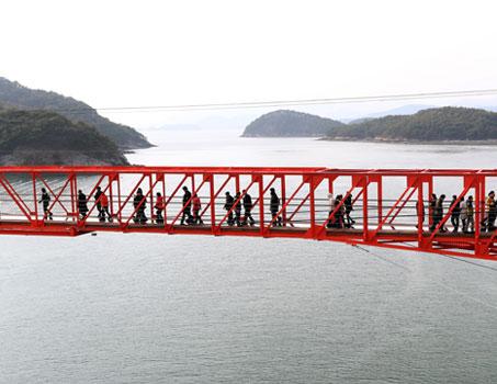 바다 위를 걷는다…마산 '콰이강의 다리' 재탄생