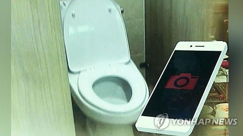 구청 화장실서 동료 몰카 찍은 공무원…예전 동영상도 나와(종합)