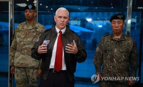 نائب الرئيس الأمريكي مايك بينسأثناء زيارتهللمنطقة المنزعة السلاح في الحدود المشتركة بين الكوريتين بتاريخ 17 أبريل.