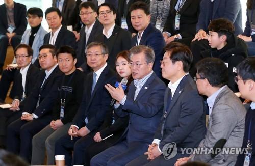 """2 فبراير - الرئيس الكوري مون جيه-إن، أثناء مشاركة في سنمار السيارت المستقبلية في """"بانغ يو"""" جنوبي العاصمة سيئول (يونهاب)"""