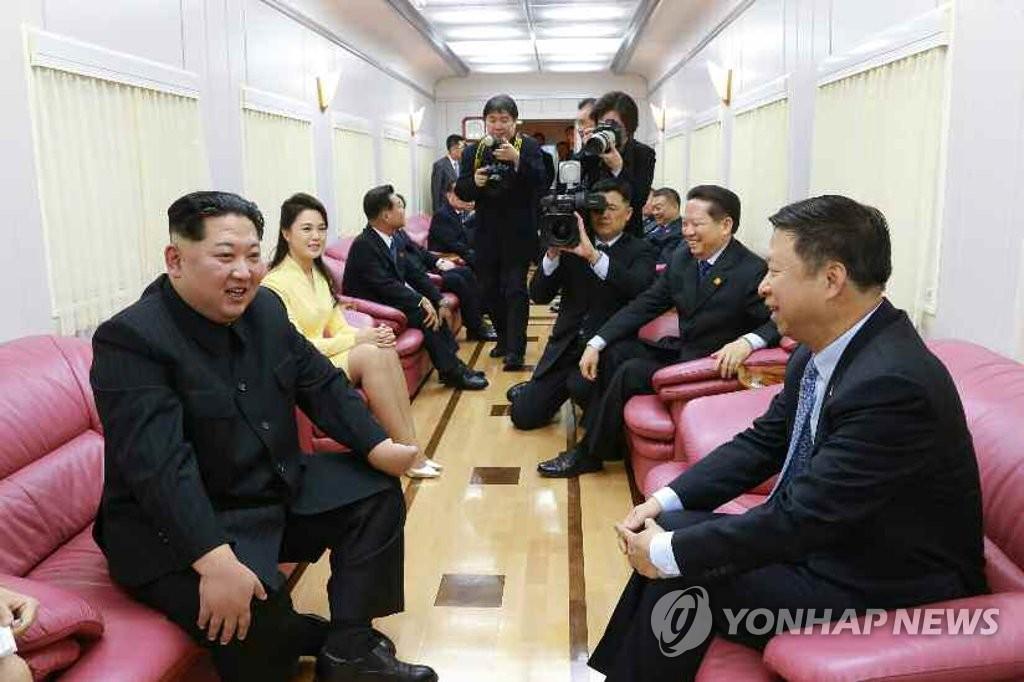 زعيم كوريا الشمالية كيم جونغ-أون يتحدث مع رئيس دائرة العلاقات الدولية بالحزب الشيوعي الصيني سونغ تاو عند زيارته للصين في شهر مارس الماضي