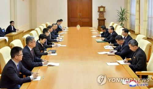 نائب رئيسحزب العمالللشؤون الدولية ري سو-يونغ يجتمع مع رئيس دائرة العلاقات الدولية بالحزب الشيوعي الصيني سونغ تاو في يوم 14 أبريل.(ممنوع إعادة توزيع هذه الصورة ويتم استخدامها محليا فقط)