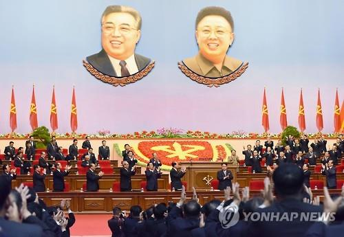 9日,在平壤4·25文化会馆,劳动党七大与会人员向刚被推举为党委员长的金正恩鼓掌致贺。(韩联社)