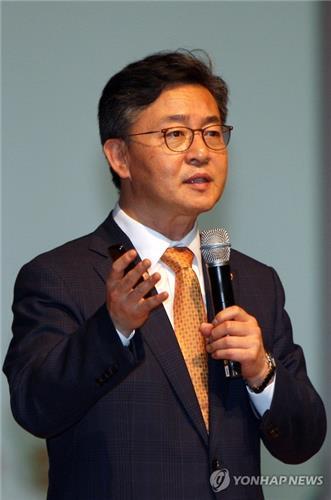 女自�_资料图片:韩国统一部长官洪容杓(韩联社)