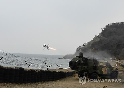"""资料图片:""""长钉""""导弹发射场面(韩联社)"""