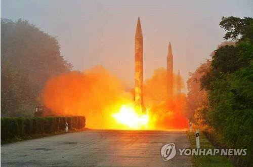 资料图片:朝鲜劳动党机关报《劳动新闻》7月20日公开的弹道导弹试射现场照片。图片仅限韩国国内使用,严禁转载复制。(韩联社/朝鲜《劳动新闻》)