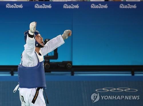 8月20日(当地时间),在里约卡里奥卡体育馆3号馆,车东�F咆哮庆祝获胜。(韩联社)
