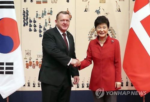 朴槿惠与(右)与丹麦首相拉尔斯・勒克・拉斯穆森在会谈开始前握手合影。(韩联社)