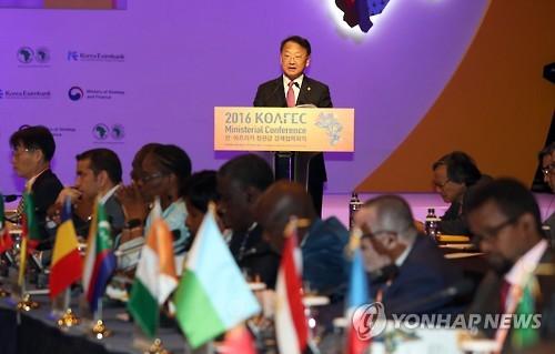 10月25日,韩国经济副总理兼企划财政部长官柳一镐出席韩国-非洲部长级经济合作会议(KOAFEC)圆桌会议并发表开幕词。(韩联社)